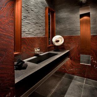 Ispirazione per un grande bagno di servizio moderno con piastrelle nere, lastra di pietra, pareti rosse, lavabo da incasso e pavimento grigio