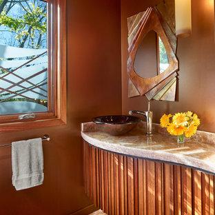Свежая идея для дизайна: маленький туалет в современном стиле с фасадами островного типа, фасадами цвета дерева среднего тона, паркетным полом среднего тона, настольной раковиной, столешницей из оникса, коричневыми стенами и оранжевым полом - отличное фото интерьера