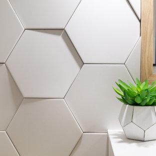 Стильный дизайн: маленький туалет в стиле ретро с открытыми фасадами, белыми фасадами, унитазом-моноблоком, белой плиткой, керамогранитной плиткой, белыми стенами, светлым паркетным полом, монолитной раковиной, столешницей из искусственного камня, желтым полом и белой столешницей - последний тренд