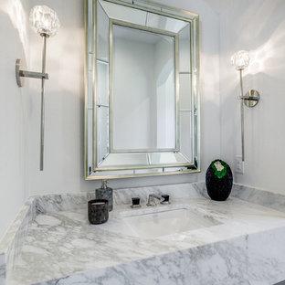 Пример оригинального дизайна: туалет среднего размера в средиземноморском стиле с раздельным унитазом, белой плиткой, мраморной плиткой, белыми стенами, мраморным полом, накладной раковиной, мраморной столешницей, белым полом и белой столешницей