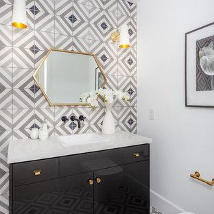 Ejemplo de aseo minimalista, de tamaño medio, con armarios con paneles lisos, baldosas y/o azulejos grises, baldosas y/o azulejos de cemento, paredes blancas, lavabo encastrado, encimera de cuarzo compacto, suelo de azulejos de cemento y puertas de armario negras
