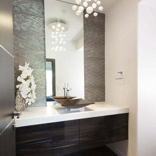 На фото: со средним бюджетом туалеты среднего размера в стиле модернизм с плоскими фасадами, темными деревянными фасадами, белыми стенами, паркетным полом среднего тона, настольной раковиной, мраморной столешницей, коричневым полом и белой столешницей