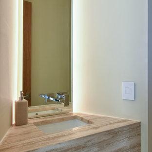 Idéer för att renovera ett funkis toalett, med öppna hyllor, vita väggar, klinkergolv i porslin, ett undermonterad handfat och bänkskiva i travertin