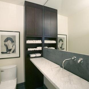 Пример оригинального дизайна: туалет в стиле модернизм с раковиной с несколькими смесителями и белой столешницей