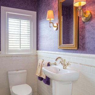 Стильный дизайн: маленький туалет в стиле модернизм с подвесной раковиной, белой плиткой, плиткой кабанчик, фиолетовыми стенами и мраморным полом - последний тренд