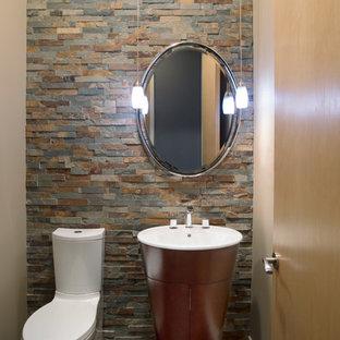 Стильный дизайн: туалет в стиле модернизм с плиткой из сланца - последний тренд