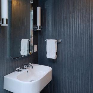 Aménagement d'un petit WC et toilettes moderne avec des portes de placard blanches, un mur bleu, un sol en carrelage de céramique, un lavabo de ferme, un sol gris, un plan de toilette blanc, un plafond à caissons et du papier peint.