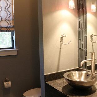 Идея дизайна: маленький туалет в стиле модернизм с синей плиткой, стеклянной плиткой, серыми стенами, настольной раковиной, столешницей из гранита и серой столешницей