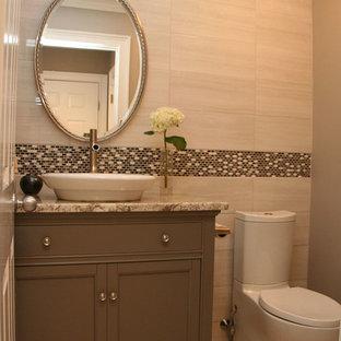Идея дизайна: маленький туалет в современном стиле с настольной раковиной, фасадами с декоративным кантом, серыми фасадами, столешницей из гранита, раздельным унитазом, серой плиткой, бежевой плиткой, керамической плиткой, бежевыми стенами и полом из керамической плитки
