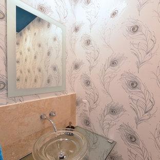ダラスの小さいコンテンポラリースタイルのおしゃれなトイレ・洗面所 (ベッセル式洗面器、ガラスの洗面台、一体型トイレ、ベージュのタイル、セラミックタイル、白い壁) の写真