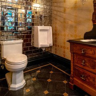 Foto di un grande bagno di servizio vittoriano con consolle stile comò, ante in legno chiaro, WC a due pezzi, piastrelle a specchio, pareti gialle, pavimento in gres porcellanato, lavabo a bacinella, top in marmo, pavimento nero e top nero