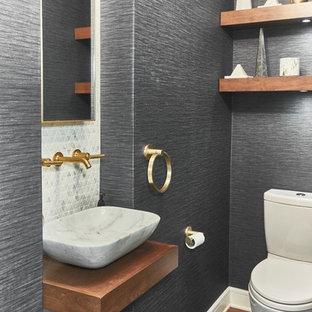 Стильный дизайн: маленький туалет в стиле модернизм с открытыми фасадами, фасадами цвета дерева среднего тона, раздельным унитазом, разноцветной плиткой, мраморной плиткой, белыми стенами, паркетным полом среднего тона, настольной раковиной, мраморной столешницей, бежевым полом и белой столешницей - последний тренд