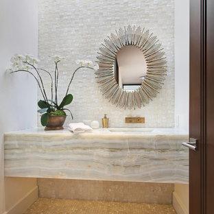 オレンジカウンティのトランジショナルスタイルのおしゃれなトイレ・洗面所 (分離型トイレ、モザイクタイル、白い壁、モザイクタイル、一体型シンク、大理石の洗面台、ベージュのタイル、グレーのタイル、ベージュのカウンター) の写真