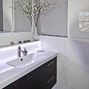 Стильный дизайн: маленький туалет в стиле модернизм с монолитной раковиной, плоскими фасадами, темными деревянными фасадами, унитазом-моноблоком, белой плиткой, керамической плиткой, серыми стенами и полом из керамогранита - последний тренд