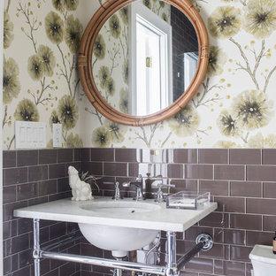 Пример оригинального дизайна: туалет в морском стиле с коричневой плиткой, стеклянной плиткой, разноцветными стенами, врезной раковиной и белой столешницей