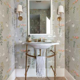 Klassisk inredning av ett badrum, med flerfärgade väggar, ljust trägolv, ett konsol handfat och beiget golv
