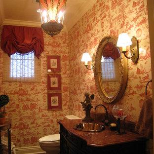 Пример оригинального дизайна: туалет среднего размера в викторианском стиле с темными деревянными фасадами, раздельным унитазом, каменной плиткой, разноцветными стенами, накладной раковиной, столешницей из искусственного камня и фасадами островного типа