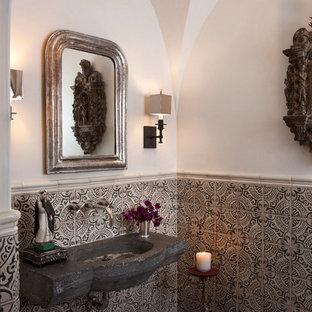 Aménagement d'un WC et toilettes méditerranéen avec des carreaux en terre cuite.
