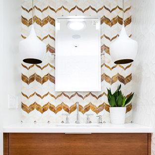 Imagen de aseo vintage con puertas de armario de madera oscura, baldosas y/o azulejos blancos, baldosas y/o azulejos beige, baldosas y/o azulejos marrones, baldosas y/o azulejos de vidrio, paredes blancas, encimera de cuarcita, armarios con paneles lisos, lavabo bajoencimera y encimeras blancas