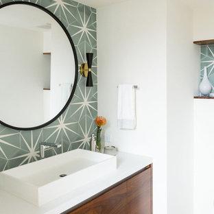 Mittelgroße Moderne Gästetoilette mit flächenbündigen Schrankfronten, hellbraunen Holzschränken, grünen Fliesen, Zementfliesen, weißer Wandfarbe, hellem Holzboden, Aufsatzwaschbecken, Quarzwerkstein-Waschtisch, braunem Boden und weißer Waschtischplatte in San Diego