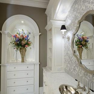 Свежая идея для дизайна: большой туалет в классическом стиле с врезной раковиной, белыми фасадами, столешницей из искусственного кварца, серой плиткой, каменной плиткой, бежевыми стенами и мраморным полом - отличное фото интерьера