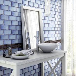 シドニーの中サイズのラスティックスタイルのおしゃれなトイレ・洗面所 (青いタイル、セラミックタイル、青い壁、淡色無垢フローリング、ベッセル式洗面器、木製洗面台、白い床、白い洗面カウンター) の写真