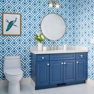 Свежая идея для дизайна: туалет в стиле современная классика с фасадами с выступающей филенкой, синими фасадами, унитазом-моноблоком, синими стенами, врезной раковиной и белым полом - отличное фото интерьера