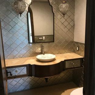 Idee per un grande bagno di servizio chic con piastrelle grigie, piastrelle in metallo, pareti grigie, pavimento in marmo, lavabo a bacinella, top in marmo, pavimento marrone e top beige