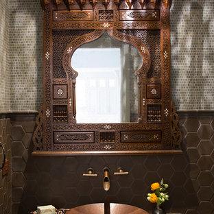 Ejemplo de aseo tradicional, de tamaño medio, con baldosas y/o azulejos verdes, baldosas y/o azulejos en mosaico, paredes verdes, lavabo sobreencimera, encimera de azulejos y encimeras verdes