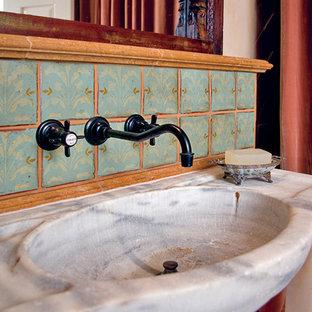 Idée de décoration pour un petit WC et toilettes méditerranéen avec un lavabo intégré, un placard en trompe-l'oeil, des portes de placard en bois brun, un plan de toilette en marbre, un carrelage vert, des carreaux en terre cuite et un mur beige.