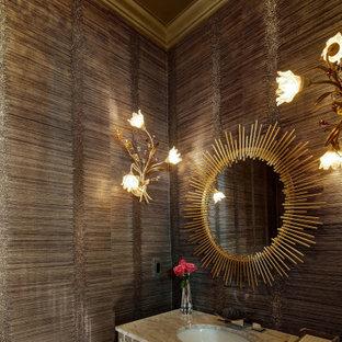 Bild på ett litet vintage grå grått toalett, med luckor med glaspanel, en toalettstol med separat cisternkåpa, svart kakel, svarta väggar, mörkt trägolv, ett undermonterad handfat, marmorbänkskiva och brunt golv
