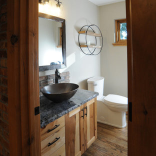Ispirazione per un piccolo bagno di servizio rustico con ante in stile shaker, ante in legno chiaro, WC a due pezzi, piastrelle marroni, pareti bianche, parquet scuro, lavabo a bacinella, top in granito, pavimento marrone e top blu