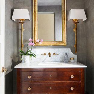 Пример оригинального дизайна: туалет в классическом стиле с фасадами островного типа, серыми стенами, врезной раковиной и темными деревянными фасадами