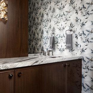 Стильный дизайн: туалет среднего размера в современном стиле с фасадами с декоративным кантом, темными деревянными фасадами, паркетным полом среднего тона и мраморной столешницей - последний тренд