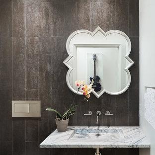 Идея дизайна: большой туалет в современном стиле с открытыми фасадами, инсталляцией, коричневой плиткой, керамической плиткой, полом из керамической плитки, подвесной раковиной, мраморной столешницей и серой столешницей