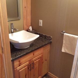 Idee per un piccolo bagno di servizio stile rurale con ante con bugna sagomata, ante in legno scuro, piastrelle grigie, piastrelle a mosaico, pareti grigie, lavabo a bacinella e top in laminato