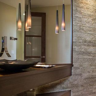 他の地域のコンテンポラリースタイルのおしゃれなトイレ・洗面所 (オープンシェルフ、濃色木目調キャビネット、石タイル、無垢フローリング、ベッセル式洗面器、木製洗面台、茶色い床、ブラウンの洗面カウンター) の写真