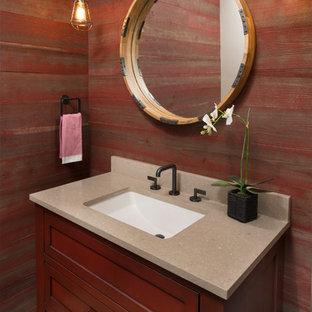 Стильный дизайн: туалет среднего размера в классическом стиле с фасадами островного типа, темными деревянными фасадами, красными стенами, светлым паркетным полом, врезной раковиной, столешницей из известняка и коричневым полом - последний тренд