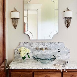 Неиссякаемый источник вдохновения для домашнего уюта: туалет в стиле рустика с фасадами островного типа, фасадами цвета дерева среднего тона, настольной раковиной, разноцветной столешницей и бежевыми стенами