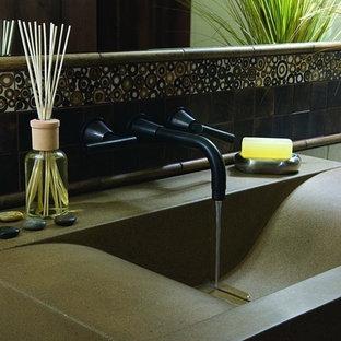 デンバーのラスティックスタイルのおしゃれなトイレ・洗面所の写真