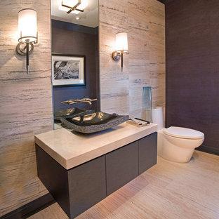デンバーの小さいコンテンポラリースタイルのおしゃれなトイレ・洗面所 (ベッセル式洗面器、フラットパネル扉のキャビネット、グレーのキャビネット、一体型トイレ、ベージュのタイル、磁器タイル、ベージュの壁、磁器タイルの床、クオーツストーンの洗面台、ベージュの床、ベージュのカウンター) の写真