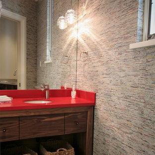 Идея дизайна: маленький туалет в современном стиле с открытыми фасадами, фасадами цвета дерева среднего тона, унитазом-моноблоком, врезной раковиной, столешницей из искусственного камня, серыми стенами и красной столешницей