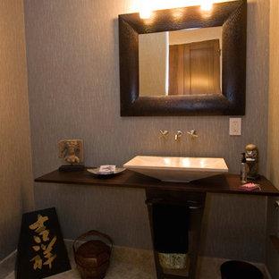 Ejemplo de cuarto de baño asiático, pequeño, con paredes multicolor, suelo de baldosas de porcelana y encimera de madera
