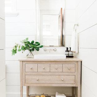Klassische Gästetoilette mit weißer Wandfarbe, Zementfliesen, buntem Boden, verzierten Schränken, hellen Holzschränken, Aufsatzwaschbecken, Waschtisch aus Holz und beiger Waschtischplatte in Salt Lake City