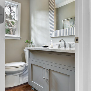 Создайте стильный интерьер: маленький туалет в современном стиле с фасадами в стиле шейкер, серыми фасадами, раздельным унитазом, серыми стенами, паркетным полом среднего тона, врезной раковиной и столешницей из гранита - последний тренд