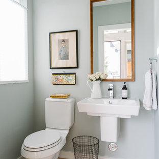 Idee per un bagno di servizio scandinavo di medie dimensioni con WC a due pezzi, parquet chiaro e lavabo sospeso