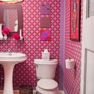На фото: с невысоким бюджетом маленькие туалеты в стиле фьюжн с раковиной с пьедесталом, раздельным унитазом, разноцветными стенами и полом из керамической плитки