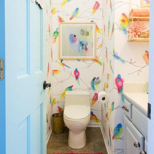 На фото: маленький туалет в стиле фьюжн с фасадами с выступающей филенкой, белыми фасадами, унитазом-моноблоком и разноцветными стенами