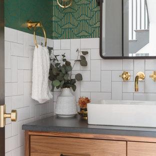 Nordische Gästetoilette mit flächenbündigen Schrankfronten, hellen Holzschränken, weißen Fliesen, Metrofliesen, grüner Wandfarbe, Aufsatzwaschbecken, grauer Waschtischplatte und Tapetenwänden in Chicago