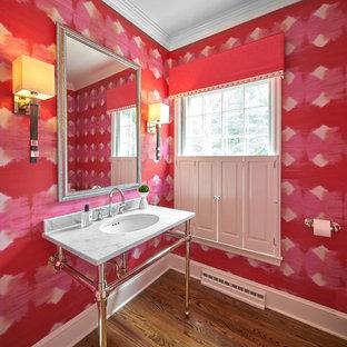 Foto di un bagno di servizio classico con pareti rosse, parquet scuro, lavabo sottopiano e pavimento marrone